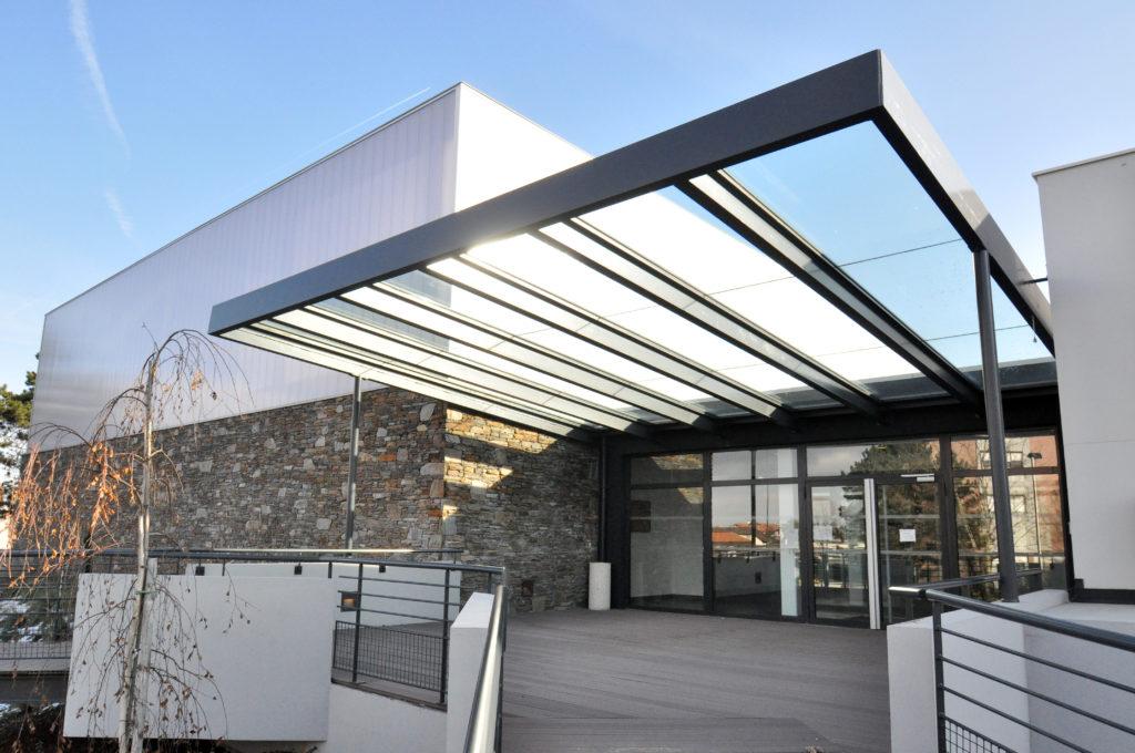 Le gymnase du collège Champagne de Thonon les Bains dessiné par Laurent Rizzolio a profité d'une cure de jouvence en 2010. La lumière naturelle, le confort d'utilisation ainsi que l'agrandissement des locaux permettent aujourd'hui à la commune d'accueillir de nombreuses activités à destination des élèves et clubs sportifs.